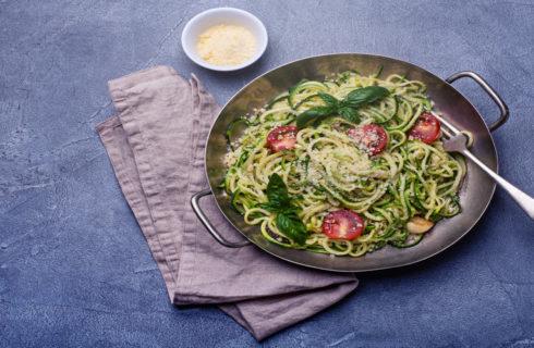 Recept: koolhydraatarme courgette spaghetti met pesto en spinazie