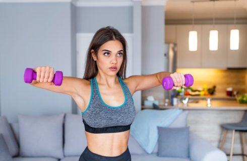 Blijf in beweging met deze 5 upper body workouts voor thuis