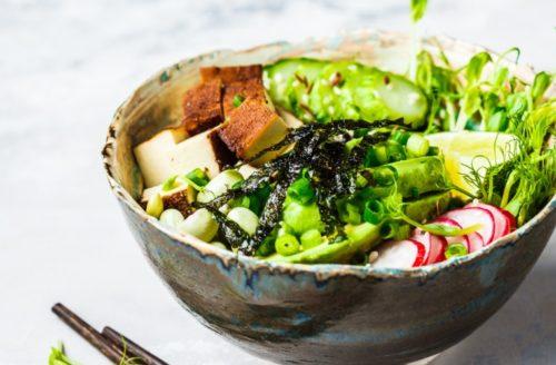 Recept: Makkelijke poké bowl met gemarineerde tempeh