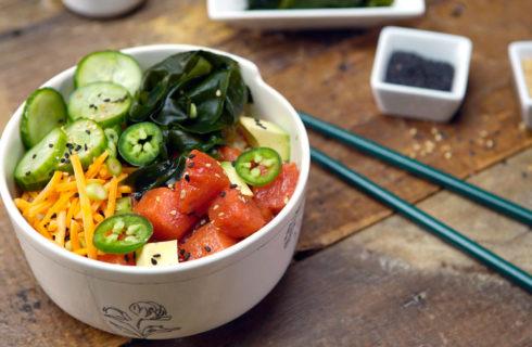 Recept: Makkelijke poké bowl met watermeloen en jalapeño's