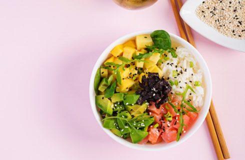 Recept: Makkelijke poké bowl met mango en zalm