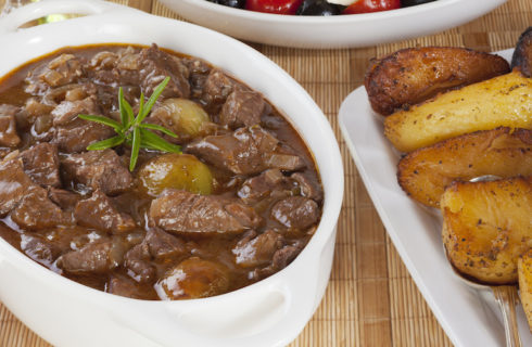 Recept: Griekse en winterse runderstoofschotel Stifado
