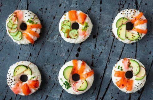 Zo maak je zelf deze sushi donuts met zalm en komkommer!