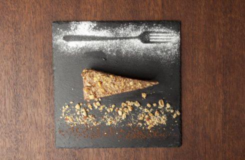 Vegan kerst toetje: raw cacao-taart met dadels en walnoten