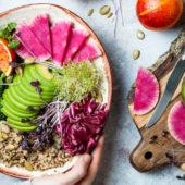 Heerlijk ontbijten met deze rode smoothiebowl met kokos