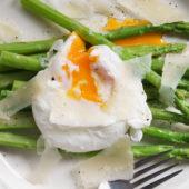 Recept: gepocheerd ei met groene asperges en parmezaanse kaas