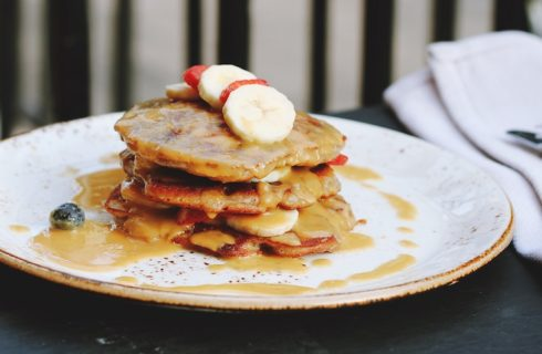 Recept: vegan pancakes met pindakaas drizzle en gekarameliseerde banaan