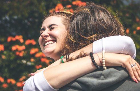 Science says: dit is waarom we meer moeten knuffelen