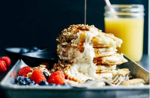 Je lazy-sunday begint nog beter met dit kokos pannenkoeken ontbijtje