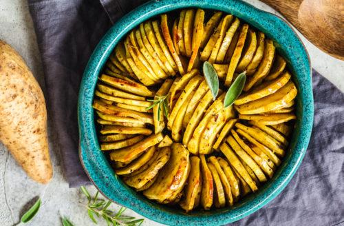 Krokante aardappelschijfjes uit de oven met rozemarijn en zeezout