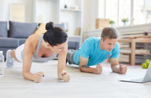 Dit zijn de leukste couple work-outs om thuis uit te voeren