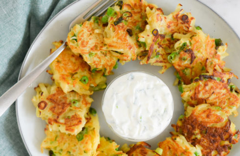 Recept: aardappelrösti met Griekse yoghurt-kruidendip