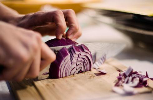 Food hack: zo snijd je uien zonder te huilen