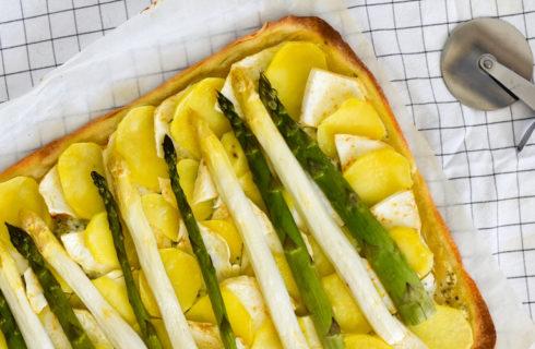 Recept: plaattaart met asperges en bieslook-sojayoghurtsaus