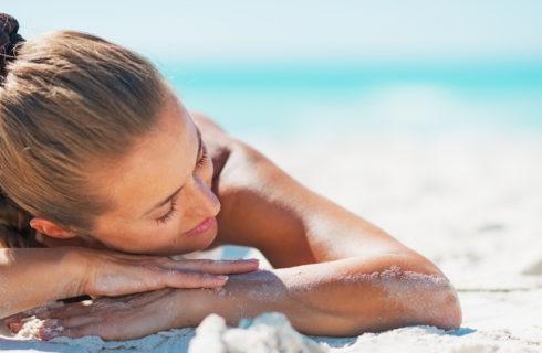 Waarom je niet moet gaan zonnen met make-up op