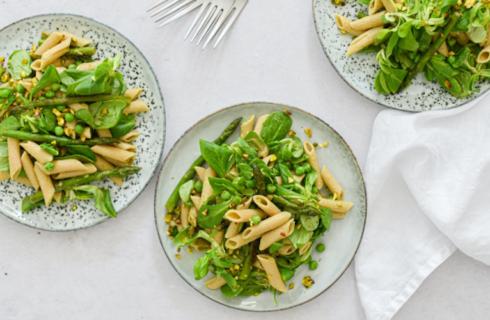 Recept: vegan pastasalade met groene asperges en avocadodressing