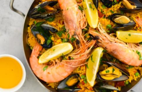 Recept: Spaanse paella met zeevruchten en saffraan olie