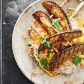 Recept: spicy noedelsalade met mango en auberginespiesjes