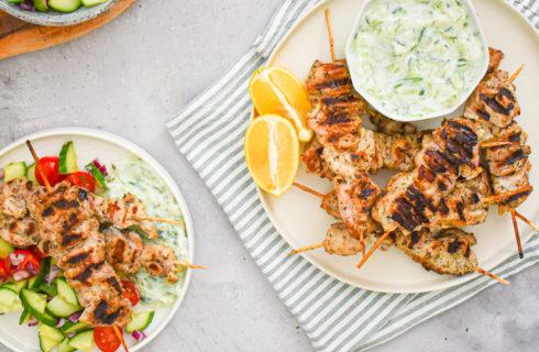 Recept: Griekse salade met kipspiesjes en tzatziki