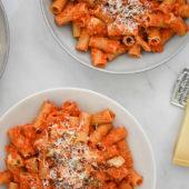 Recept: volkoren rigatoni in rode paprika-pestosaus