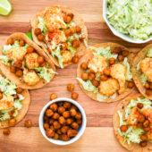 Recept: nacho's met gesmolten kaas, zwarte bonen en paprika