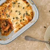 Recept: ovenschotel met zoete aardappel, tomaat en spinazie