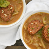 Recept: klassieke vegan uiensoep met kruidencroutons