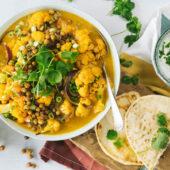 Recept: gele curry van bloemkool met geroosterde kikkererwten