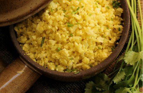 Koolhydraatarm: 'Nasi kuning' met bloemkoolrijst