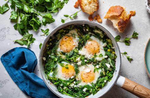 Recept: groene shakshuka met spinazie en lente ui