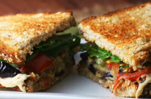 Recept: vegan tosti met aubergine en gemarineerde tomaat
