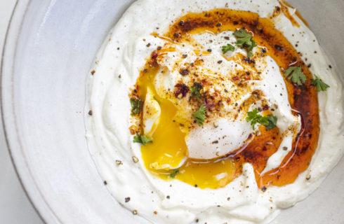 Ontbijtrecept: Turkse gepocheerde eieren met Griekse yoghurt (Cilbir)