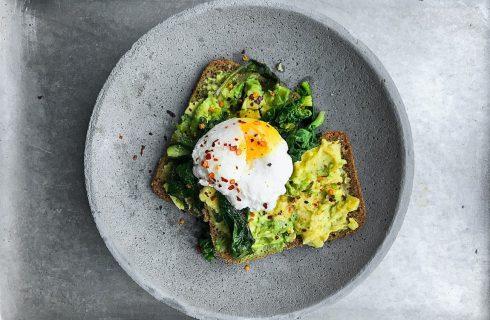 Avocado toast met gepocheerd ei, spinazie en chilivlokken