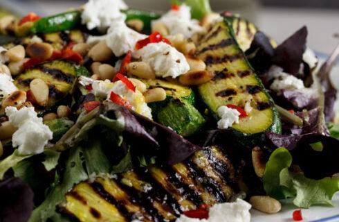Salade met courgette, geitenkaas en pijnboompitjes