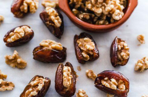 Gezonde zoete snack: gevulde dadel met chocoladewalnoot en notenpasta