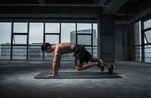 6 x oefeningen voor je bovenlichaam zonder attributen