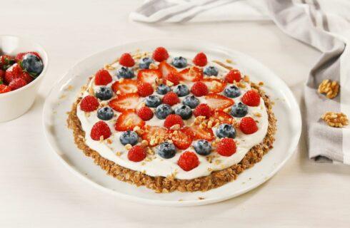 Recept: Granola ontbijtpizza met Griekse yoghurt en vers fruit