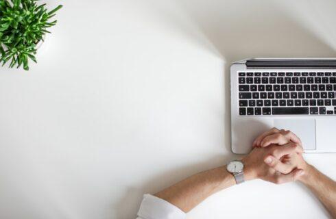 Kantoorfitness: 5 oefeningen voor aan je bureau
