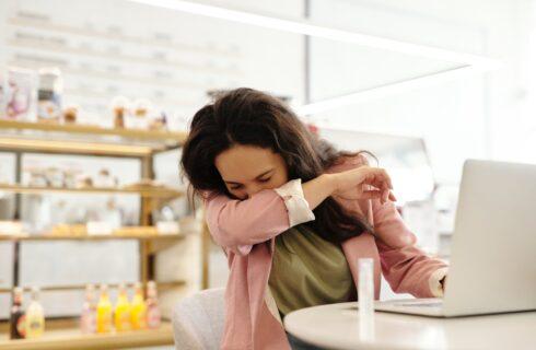 10 tips tegen hooikoorts: wat werkt naast medicijnen nog meer?