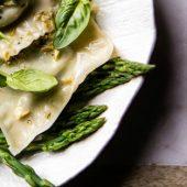 Het meest culinair uitziende ontbijt ooit: Ei met groene asperges en pistache