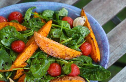 Recept: Salade met zoete aardappel, spinazie en tomaat
