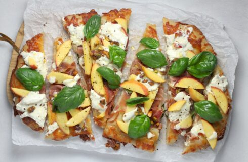 Recept: plaatpizza met perzik, prosciutto en pistache
