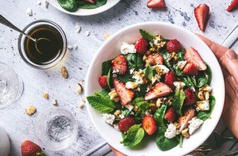 Recept: salade met aardbeien, feta en spinazie
