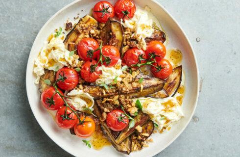 Recept: salade met gegrilde aubergine, tomaatjes en burrata