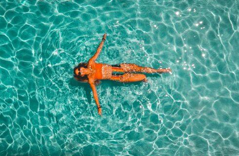 Bescherm je haar tegen zwembadwater met deze tip!