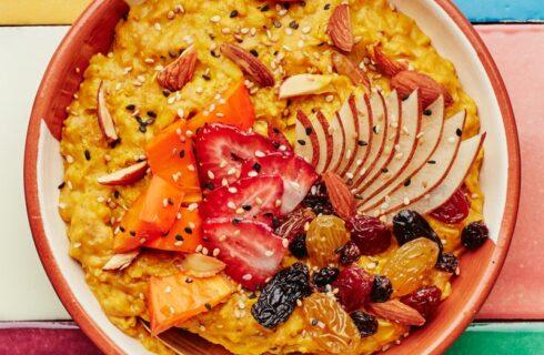 Ontbijtrecept: zoete aardappel havermout met vers fruit
