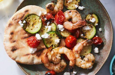 Recept: pita met gegrilde garnalen, courgette en tomaatjes