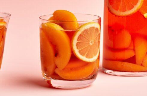 Recept: Bruisende perzik sangria om de zomer te vieren