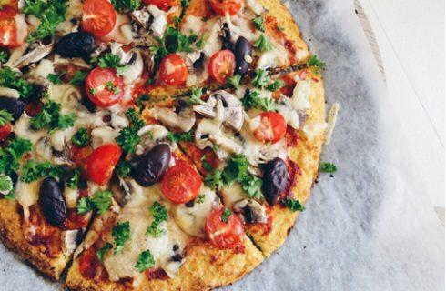 Zo maak jij zelf een heerlijke pizza met een koolhydraatarme bloemkool bodem