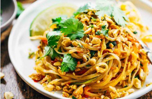 Koolhydraatarme pad thai met zoodles, kip en pinda's